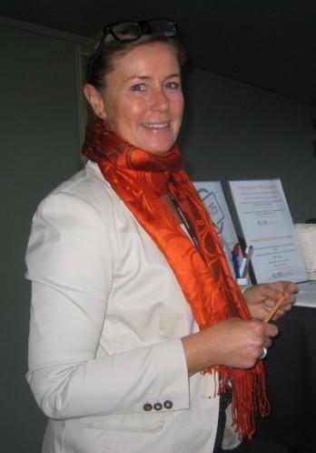 Ammattijärjestäjä ja sisustaja Susie Kousa ständillään teatterin aulatilassa. (KUVA: Eeva-Riitta Halonen)